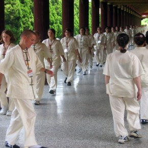 Beste 10 tips om te ontspannen - tip 3 - tai chi loopje groep - flowsessions.com